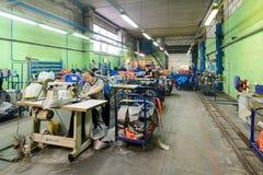 Nähende Werkstatt für Produktion von unten Bügeln Lizenzfreies Stockfoto