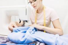 Nähende Werkstatt Näherin bei der Arbeit Junge Frau, die mit Nähmaschine arbeitet lizenzfreie stockbilder