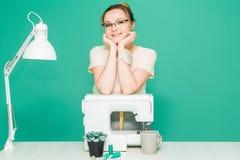 Nähende Werkstatt Näherin bei der Arbeit Porträt einer jungen Damenschneiderin auf einem farbigen Hintergrund stockbild
