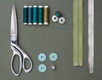 Nähende Werkzeuge auf Grün stockfoto