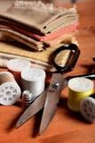 Nähende Werkzeuge der Nahaufnahme auf hölzernem Hintergrund, Weinleseart Stockbilder