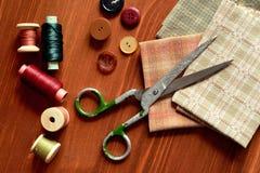 Nähende Werkzeuge der Nahaufnahme auf hölzernem Hintergrund, Weinleseart Stockfotografie