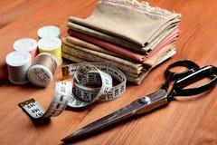 Nähende Werkzeuge der Nahaufnahme auf hölzernem Hintergrund, Weinleseart Stockfotos