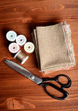 Nähende Werkzeuge der Nahaufnahme auf hölzernem Hintergrund, Weinleseart Stockfoto
