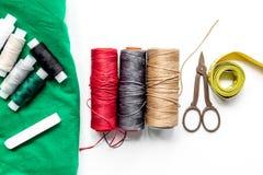 Nähende Werkzeuge, Gewebe und Ausrüstung für Hobbysammlung auf Draufsicht des weißen Hintergrundes Stockfotografie