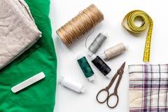 Nähende Werkzeuge, Gewebe und Ausrüstung für Hobbysammlung auf Draufsicht des weißen Hintergrundes Lizenzfreie Stockbilder