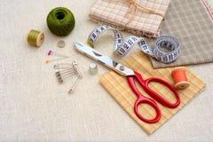 Nähende Werkzeuge und Zubehör auf Tabelle Stockfoto