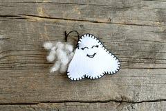 Nähender Filz Halloween-Geistdekor Schließen Sie sich den Filzrändern des Spielzeugs unter Verwendung eines Langettenstichs und d lizenzfreie stockfotos