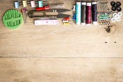 Nähender Werkzeugausrüstungsraum auf Holz Lizenzfreies Stockfoto