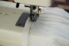 Nähender Zickzack am weißen Hemd lizenzfreies stockfoto