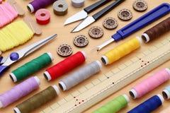 Nähendes Werkzeug-, Herstellen und Modekonzept Stockfotos