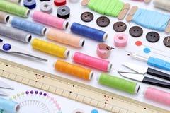 Nähendes Werkzeug-, Herstellen und Modekonzept Stockbilder