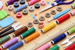 Nähendes Werkzeug-, Herstellen und Modekonzept Lizenzfreies Stockbild
