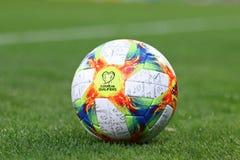 Nähere Bestimmungen Beamter UEFA EURO-2020 bringen Ball zusammen stockfotografie