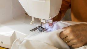 Näherin, die ihre Arbeit in der Nähmaschine erledigt lizenzfreies stockbild