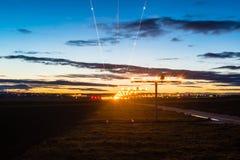 Nähern des Flughafens an der Dämmerung Stockbilder