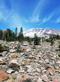 Nähern des Gipfels mysteriösen Mt Shasta mit großem Felsengeröllfeld im Vordergrund Stockfotos