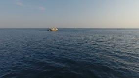 Nähern einer kleinen Insel stock footage