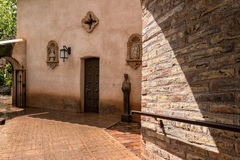 Nähern Sie sich zur Kapelle in Tlaquepaque in Sedona, Arizona Stockfotografie