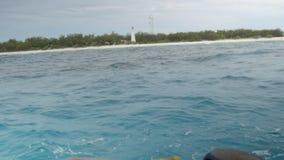 Nähern von einer Insel stock video
