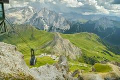 Nähernde Bergstation der Drahtseilbahn im Sass Pordoi in den Dolomit lizenzfreie stockbilder