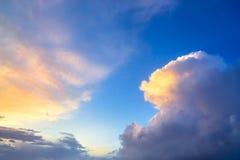 Nähernde Gewitterwolken des drastischen Sonnenunterganghimmels Stockbild