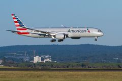 Nähernde Landung American Airliness Boeing 787 Dreamliner lizenzfreie stockfotos