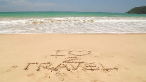 Nähernde Liebe der Wörter I des Meereswogen zu reisen geschrieben in Sand auf Strand stock video