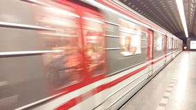 Nähernde Station des Untertagezugs Stockfotos