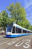 Nähernde Tram in alter Stadt Amsterdams Stockbild
