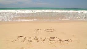 Nähernde Wörter des Meereswogen I lieben die Reise, die in Sand auf Strand geschrieben wird stock video footage