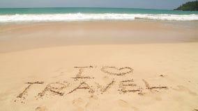 Nähernde Wörter des Meereswogen I lieben die Reise, die in Sand auf Strand geschrieben wird stock video