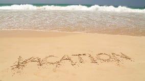 Nähernde Wortferien des Meereswogen geschrieben in Sand auf Strand stock video footage