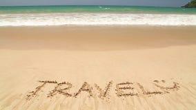 Nähernde Wortreise des Meereswogen geschrieben in Sand auf Strand stock video footage
