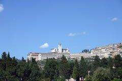 Näherndes Assisi, Italien während Sommerferien stockfotos
