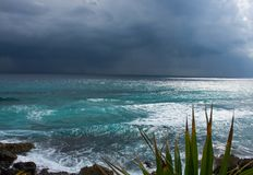 Näherndes Gewitter auf Ostufer von Cozumel, Mexiko Stockfotos