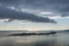 Näherndes schlechtes Wetter Regenwolken über dem Fluss landschaften Stockfotografie