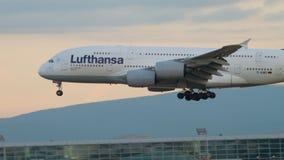 Näherndes und landendes Flugzeug stock footage