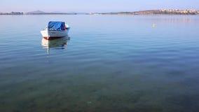 Näherte sich einem weißen hölzernen Boot mit orange Boje im Wasser in der Bucht von Montenegro stock video footage