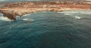 Näherungswert auf dem Brummen nahe der Steinleiste gewaschen durch die Meereswellen stock video