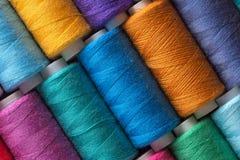 Nähgarn in den verschiedenen Farben zacken Rot des blauen Grüns aus Stockfoto