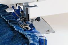 Nähmaschine mit Jeansnahaufnahme lizenzfreie stockbilder