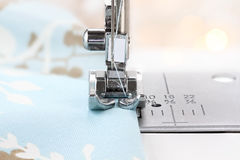Nähmaschine-Nadel und Gewebe Lizenzfreies Stockbild