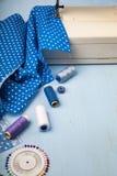 Nähmaschine und blaues Gewebe stockfoto