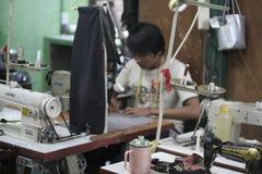 Nähmaschine und Kleidungs-moderner Schneider Lizenzfreie Stockfotografie