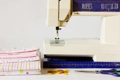 Nähmaschine und nähende Einzelteile lizenzfreies stockbild