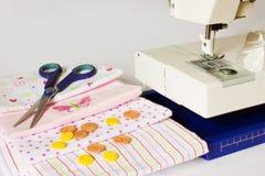 Nähmaschine und nähende Einzelteile lizenzfreie stockbilder