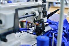 Nähmaschinen in einer Fabrik stockbild
