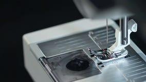 Nähnadel Draufsicht der arbeitenden Nähmaschine in der Zeitlupe stock video