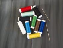 Nähnadel und farbige Spulengarne, mehrfarbige Spulengarne, Nähen und Nähnadeln, Scheren und Scheren, mater herstellend Lizenzfreie Stockfotografie